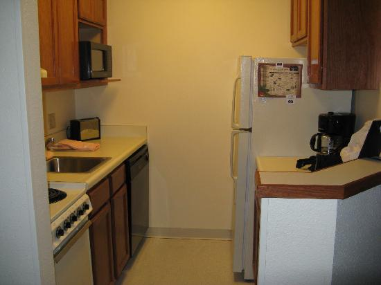 TownePlace Suites Detroit Sterling Heights: kitchen area