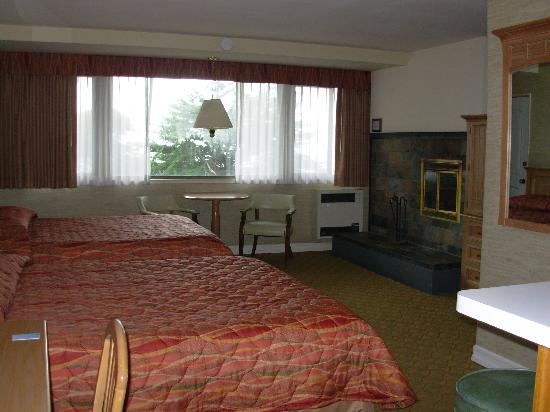 Seal Rock Inn: bedroom with ocean view