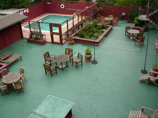 Seal Rock Inn: deck with pool, pingpong, badminton