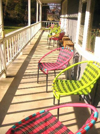 Harbert House B&B: comfy porch