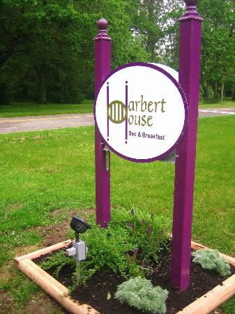 Harbert House B&B: the sign in front