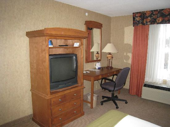 Holiday Inn Express: Room 425 - Desk & TV