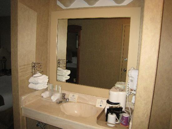 Holiday Inn Express: Room 425 - Sink in between entrance and bed area