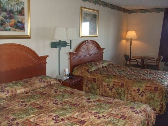 Park Grove Inn: 2 queen beds with table and chairs