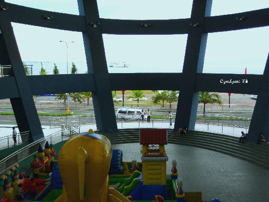 Pasay, Filipinas: Indoor Playground w/ panoramic view of Seaside