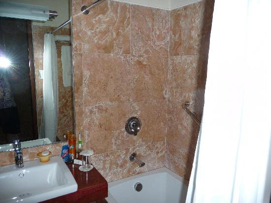 Crown Regency Prince Resort Boracay: lovely, compact marble bathroom