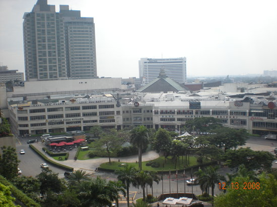 Makati, Philippinen: View of Glorietta Mall and a few hotels.  7th floor.