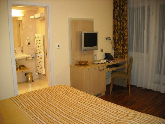 Amarilis Hotel: TV and desk