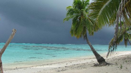 Aitutaki Beach Villas: Just before a storm, outside the Villa