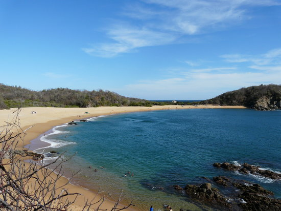 Huatulco, Mexiko: Playa Conejos. Secrets will be on the left, the small restaurant is at the end of the beach.
