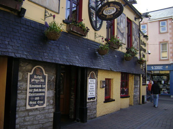 Tralee, Irland: Outside of Kirby Inn