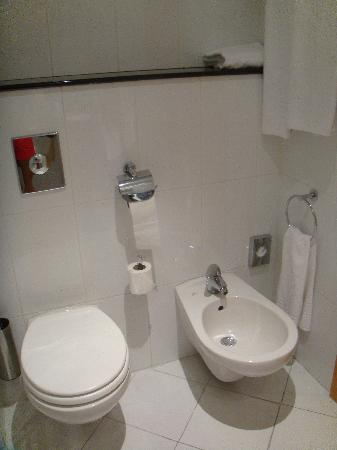 Holiday Inn Express Madrid-Rivas : Standard Twin Room Bathroom