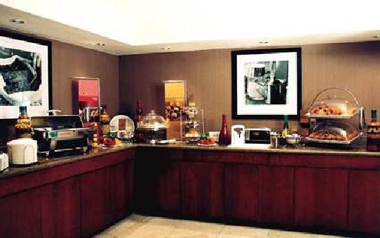 Hampton Inn & Suites Phoenix Airport South: Free Breakfast Buffet