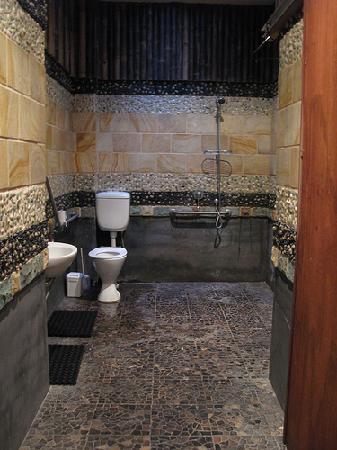 Bambu Backpackers: huge attached bathroom