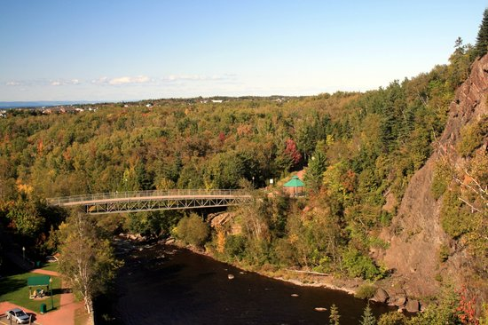 Riviere du Loup, Canada: Parc des Chutes - view of lower bridge