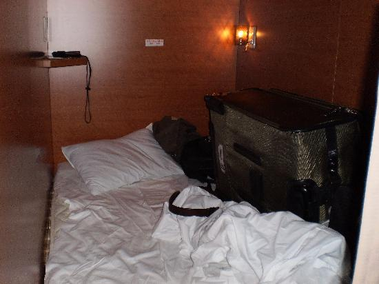Ace Inn Shinjuku: Size of the beds, big enough to sleep with luggage for added security.