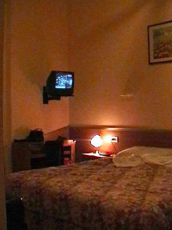 Hotel Villa il Castagno: The TV set in the worst possible place