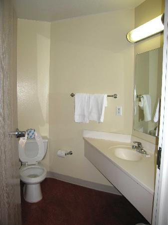 Motel 6 Newport: Room 321 Bathroom