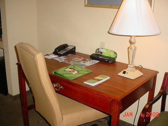La Quinta Inn &amp; Suites Tampa North I-75: The office chair was creeky!