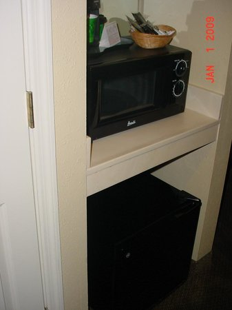 La Quinta Inn &amp; Suites Tampa North I-75: Small fridge, sink and microwave