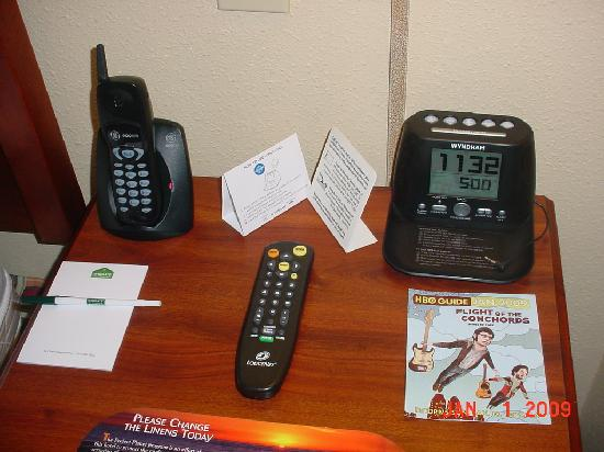 La Quinta Inn &amp; Suites Tampa North I-75: Bedside table with IPOD capable radio