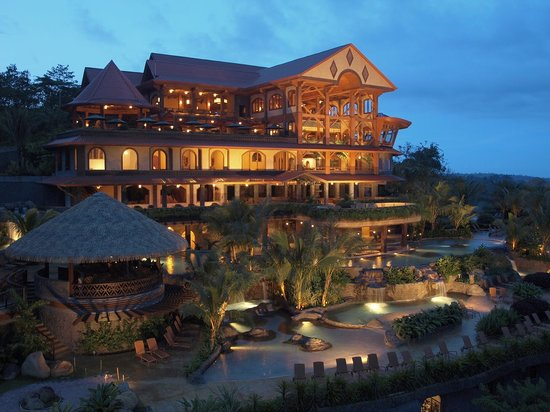 The Springs Resort and Spa at Arenal: Hotel at night