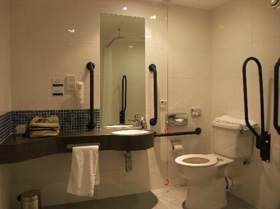 Holiday Inn Express Cheltenham: Convenient, well thought out, accessible bathroom