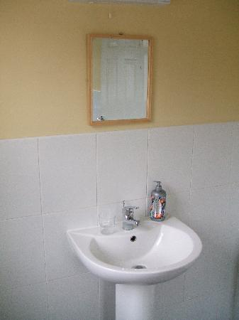 Donegal Town Independent Hostel: bathroom