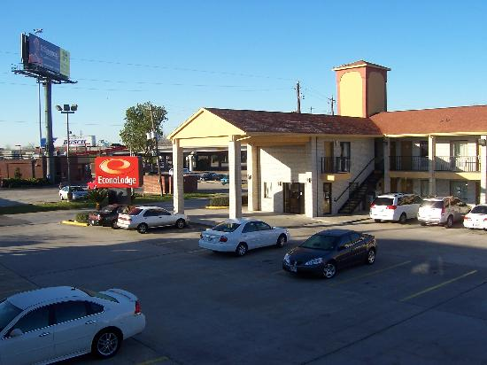 Econo Lodge: lobby and car park