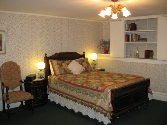 The Raford Inn Bed and Breakfast: Strawberry Room