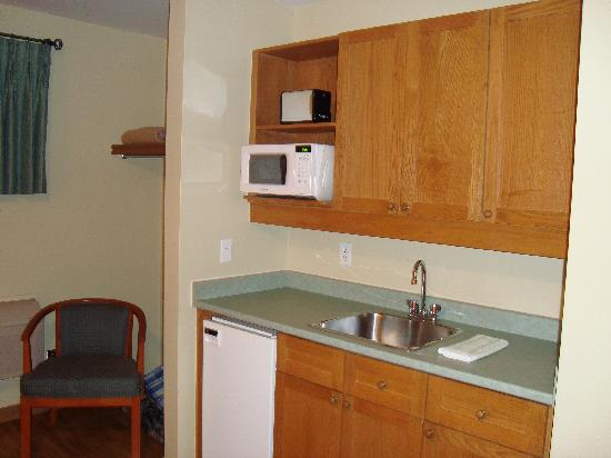 Breakers on the Lake: Kitchenette in room, lots of coffee/tea supplies!