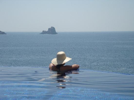 Capella Ixtapa: view in the pool
