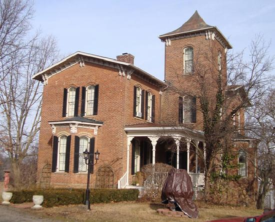 Henry Manor Bed & Breakfast: House in winter