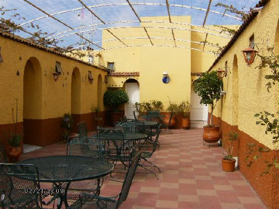 Hotel Posada de la Media Luna: la Media Luna patio where breakfast is served