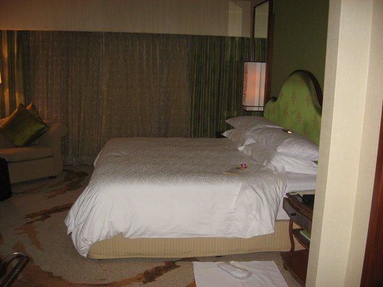 Imperial Hotel: King size bed