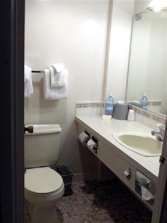 Compass Point Inn: Bathroom