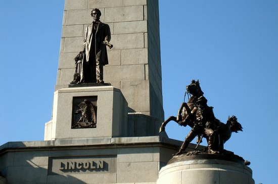 Springfield, IL: Obelisk with Lincoln Statue