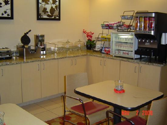 TownePlace Suites by Marriott Charlotte Arrowood: hotel kitchen lobby