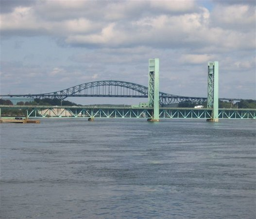 Portsmouth, Nueva Hampshire: good view of bridges &amp; river along the HarborWalk