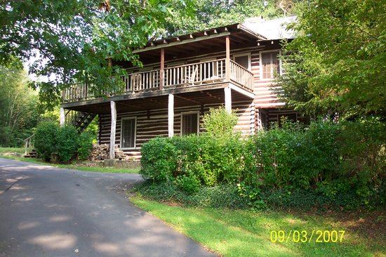 Pines Country Inn : Front of the log cabin 