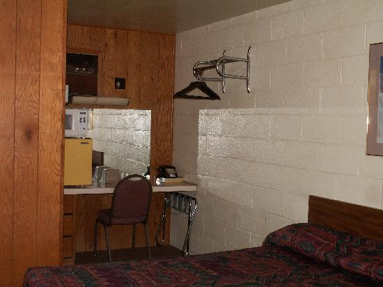 Hill Top Motel: Room inside