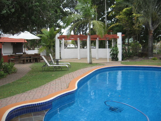 Bundaberg Spanish Motor Inn: pool &amp; bbq area