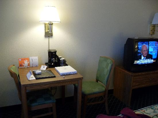 Fairfield Inn Middletown: TV, desk, and chairs in our room