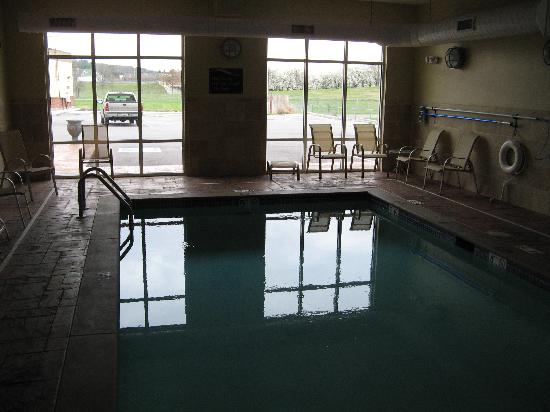 Comfort Suites East: Small pool area with no lights on