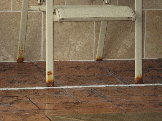 Comfort Suites East: Rusty chairs in pool area