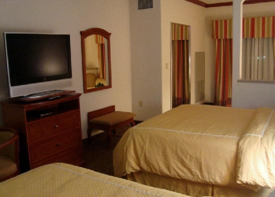 Comfort Suites Gainesville: Room - TV and work area