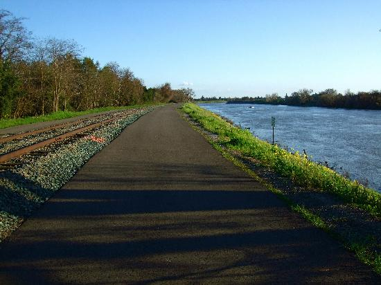 The Westin Sacramento: walking/bicycle trail near Le Rivage