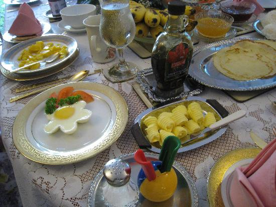 Garden Guest House: Typical Breakfast with poched eggs, fruit, juice, coffee, toast, etc.