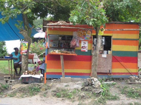 Mikuzi Port Antonio: cousins corner shop 10 seconds away