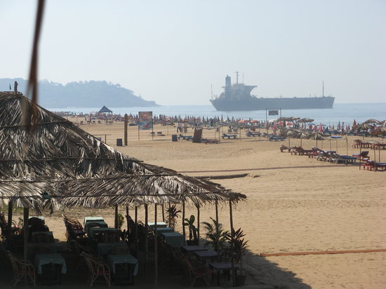 Candolim, India: beach and stranded boat